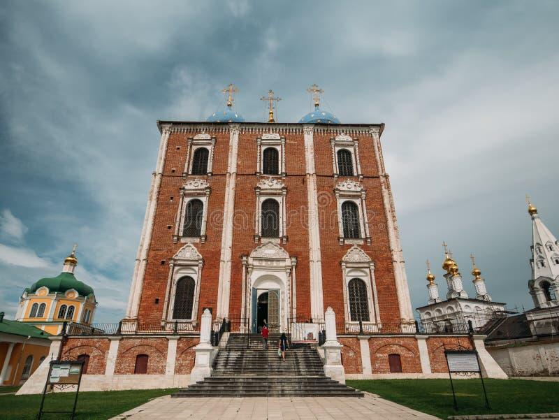 Rússia, Ryazan - em agosto de 2018: Vista do Kremlin de Ryazan com catedral da suposição, Rússia fotos de stock royalty free