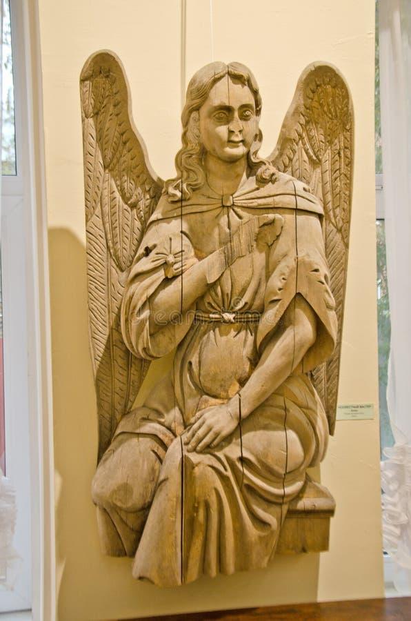 Rússia Saratov região 4 de novembro de 2018: escultura da exibição de um anjo da árvore fotografia de stock royalty free