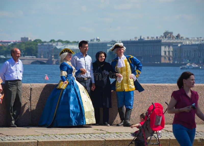 Rússia St Petersburg atores da rua do julho de 2016 na roupa de uma régua fotografou com turistas fotos de stock royalty free