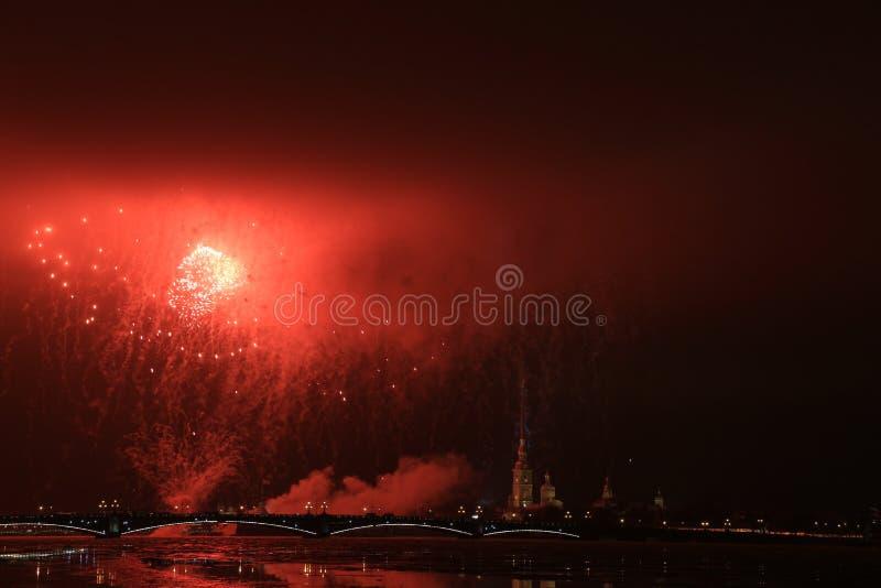 Rússia, St Petersburg, fogos-de-artifício da noite sobre o Peter e o Paul Fortress imagens de stock royalty free