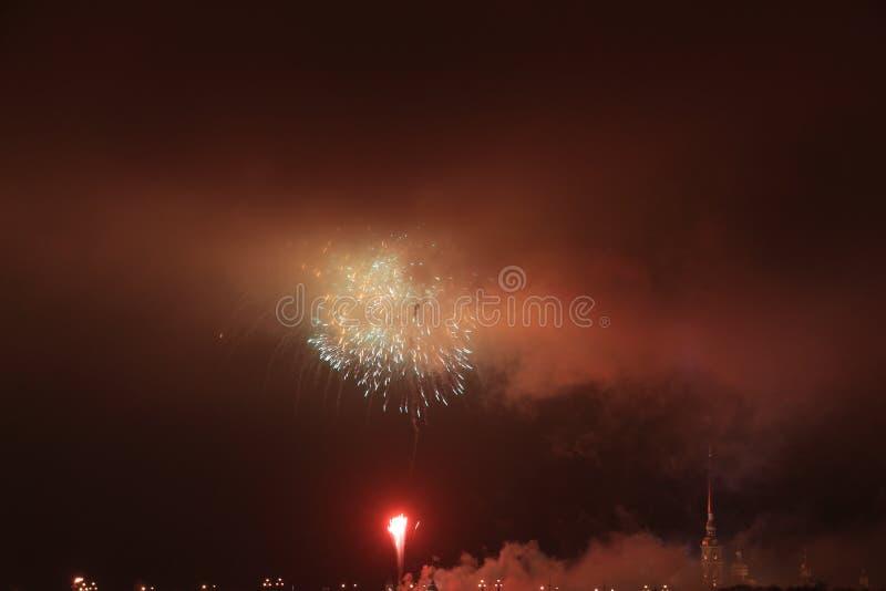 Rússia, St Petersburg, fogos-de-artifício da noite sobre o Peter e o Paul Fortress fotografia de stock royalty free