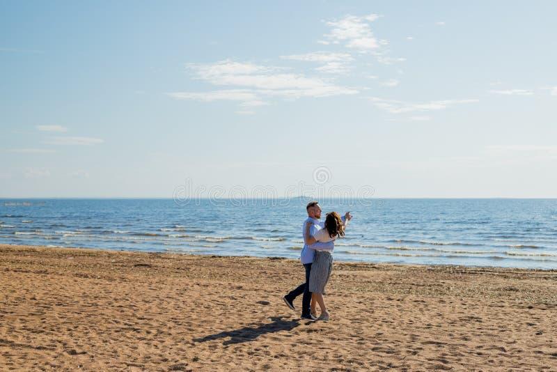 Rússia, St Petersburg, 20 MAI 2019 Tiro completo do comprimento dos pares românticos que apreciam um dia na praia Fam?lia feliz imagem de stock