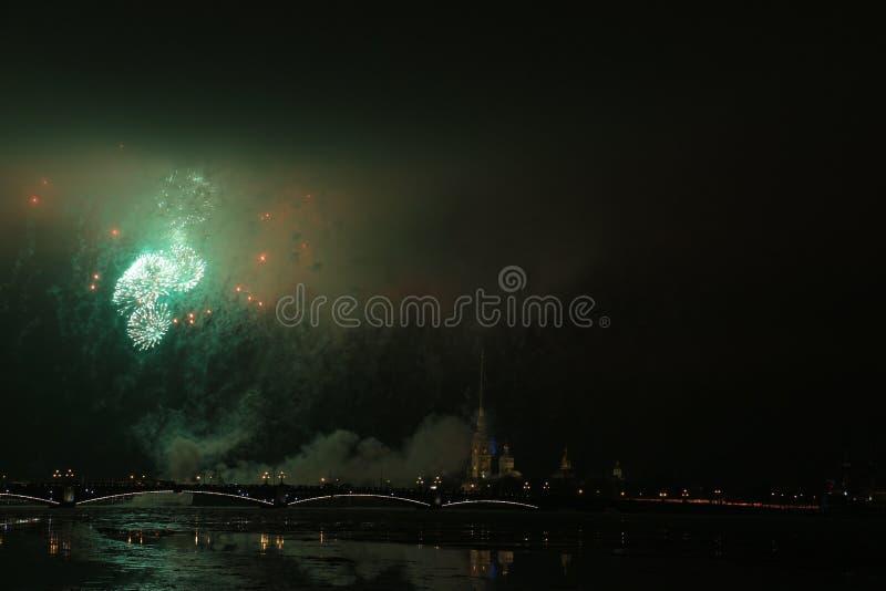 Rússia, St Petersburg, nivelando fogos-de-artifício sobre o Peter e o Paul Fortress imagens de stock