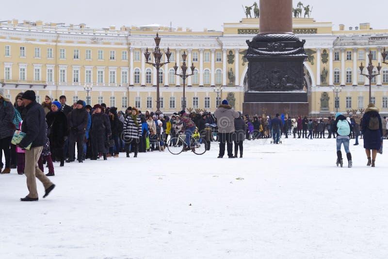 Rússia, St Petersburg, 2016, novembro Uma fila grande no quadrado do palácio perto do eremitério imagem de stock
