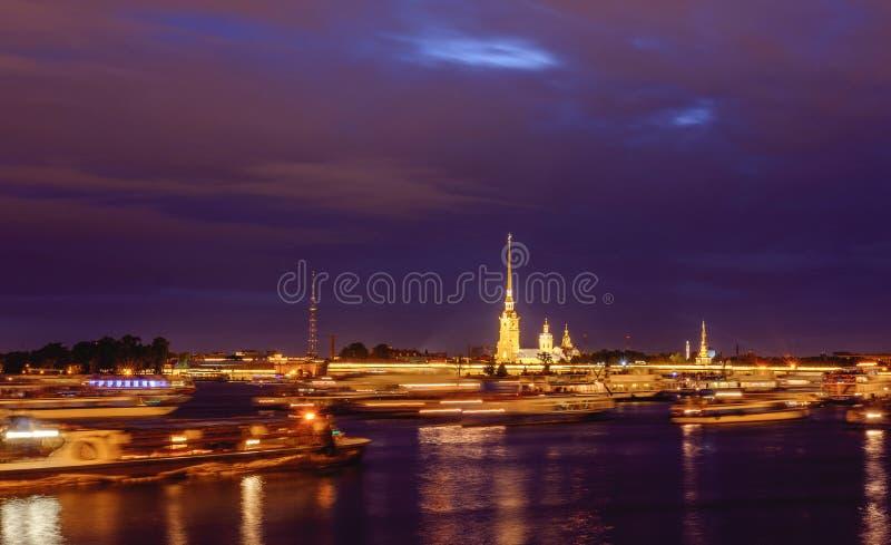 Rússia, St Petersburg, o 2 de junho de 2019: A construção de Admiralty na noite, iluminação da noite, barcos do tráfego imagens de stock