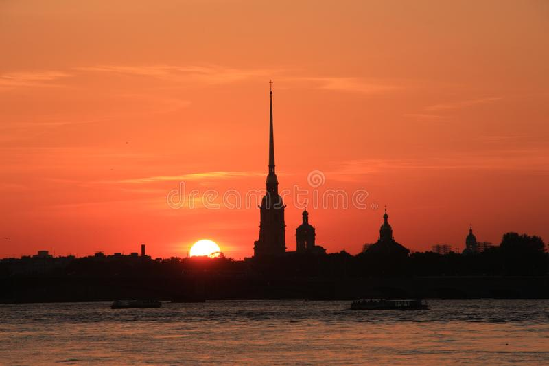 Rússia, St Petersburg, o por do sol sobre o Peter e o Paul Fortress imagens de stock royalty free