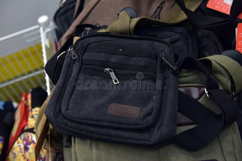 Rússia, St Petersburg, os 10,09,2017 sacos dos homens sobre o ombro imagem de stock