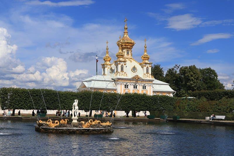 Rússia, St Petersburg, Peterhof, o 8 de julho de 2019 Na foto é a igreja principal da corte no parque superior do museu do estado fotografia de stock