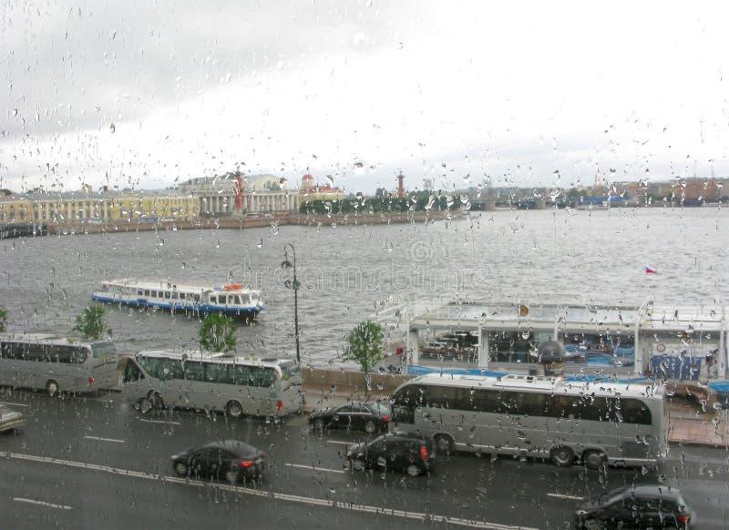 Rússia, St Petersburg, tempo chuvoso, vista através da janela imagem de stock