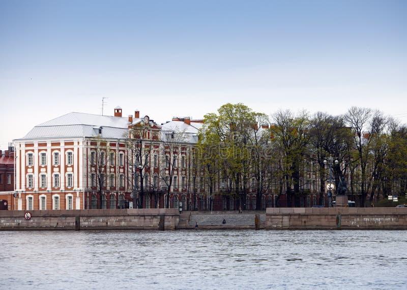 Rússia St Petersburg Uma construção da universidade estadual (construção de doze placas) em Neva Embankment imagem de stock royalty free