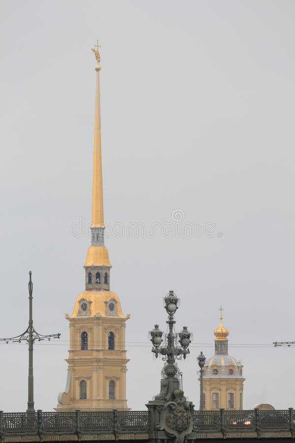 Rússia, St Petersburg, uma lanterna na ponte da trindade no fundo do Peter e do Paul Fortress imagens de stock