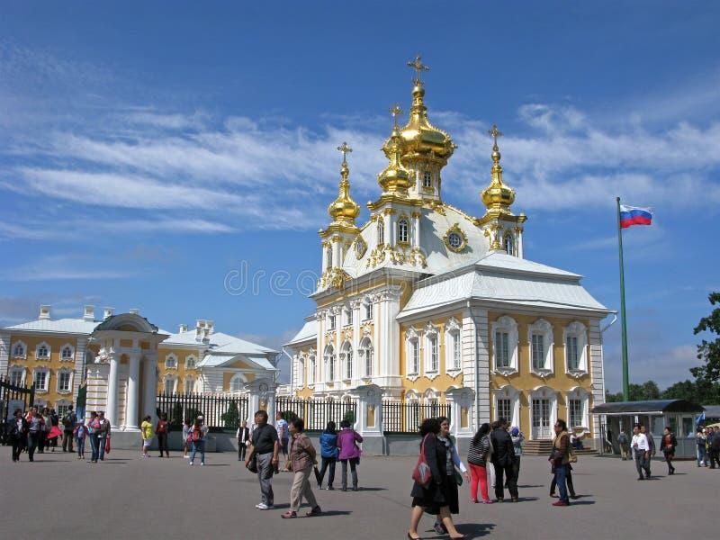 Rússia Turistas em Peterhof, igreja de Peter e de Paul foto de stock royalty free