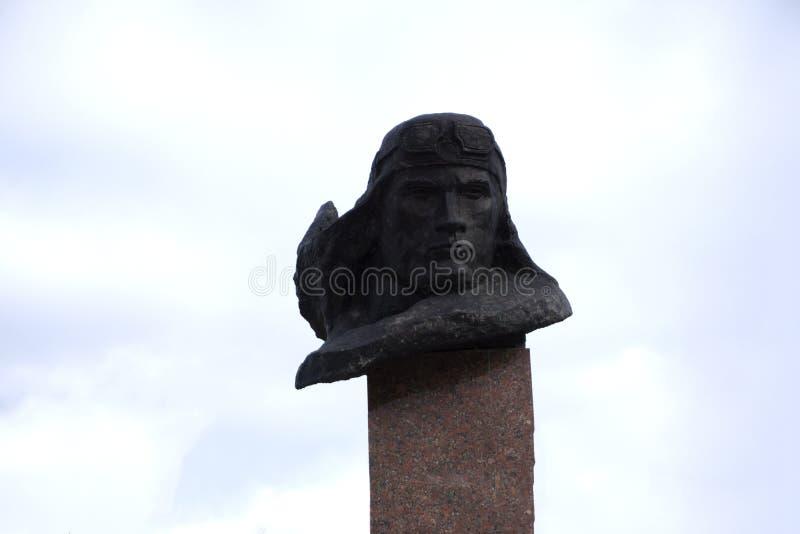 Rússia Usolye 5 de outubro de 2017: um fragmento do memorial no passeio é um monumento de bronze dedicado aos pilotos que morrera imagens de stock