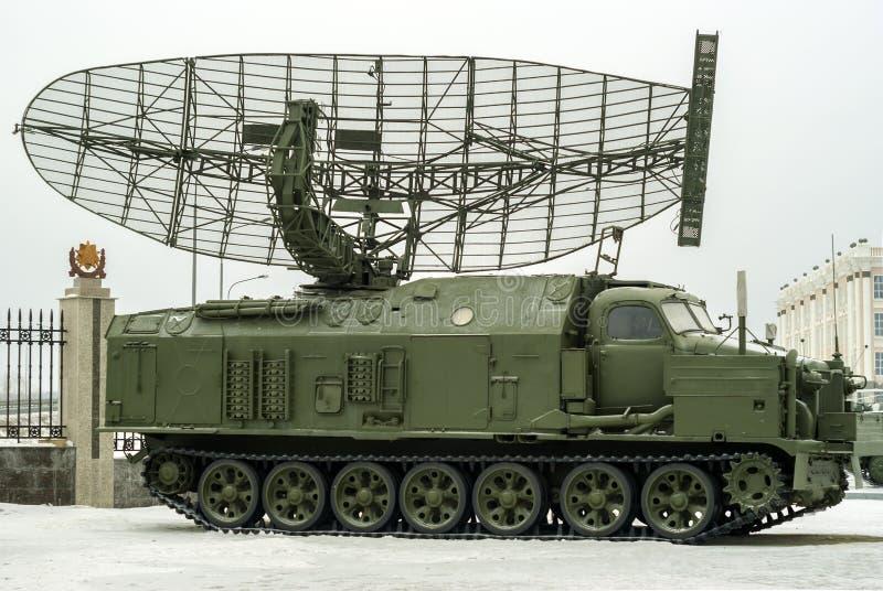 RÚSSIA, VERKHNYAYA PYSHMA - 12 DE FEVEREIRO 2018: ` automotor da armadura do ` da estação de radar P-40 ou 1S12 no museu do equi  foto de stock