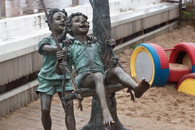 RÚSSIA, ZELENOGRADSK - 11 DE OUTUBRO DE 2014: Escultura das crianças que jogam no passeio de Zelenogradsk fotografia de stock royalty free