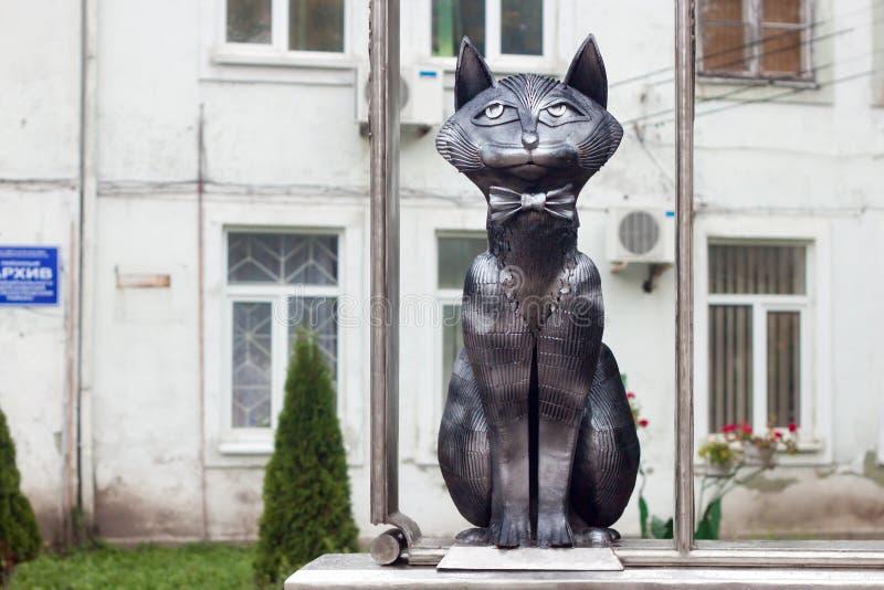 RÚSSIA, ZELENOGRADSK - 11 DE OUTUBRO DE 2014: Escultura do gato elegante fotos de stock royalty free