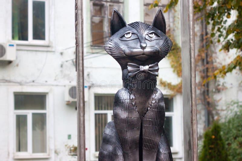 RÚSSIA, ZELENOGRADSK - 11 DE OUTUBRO DE 2014: Escultura do gato elegante em um laço imagem de stock
