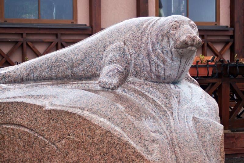 RÚSSIA, ZELENOGRADSK - 11 DE OUTUBRO DE 2014: Escultura do selo Rurik fotos de stock royalty free