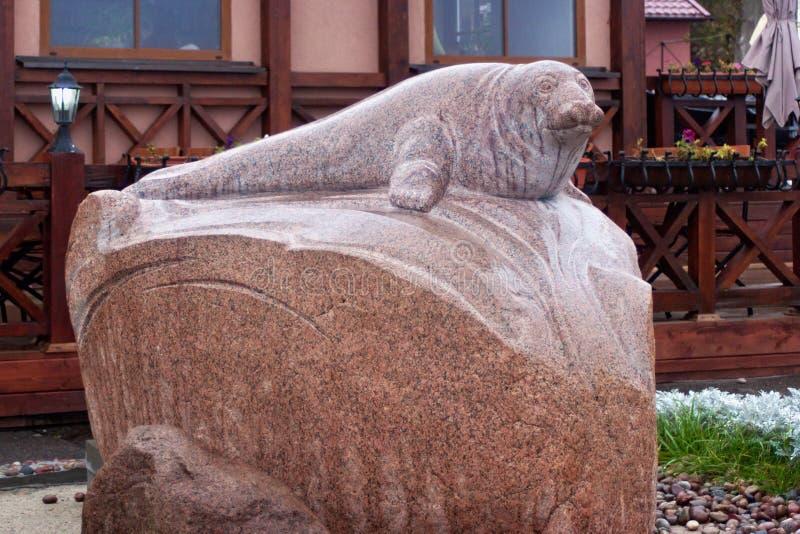 RÚSSIA, ZELENOGRADSK - 11 DE OUTUBRO DE 2014: Escultura do selo Rurik imagens de stock royalty free
