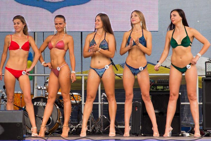 RÚSSIA, ZELENOGRADSK - 3 DE SETEMBRO DE 2016: Abra a senhorita Fitness do biquini do festival como uma parte da celebração do dia imagem de stock