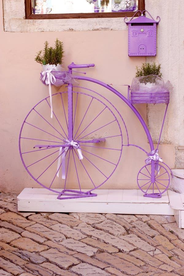 Rústico, bicicleta del vintage al aire libre en la calle imagenes de archivo