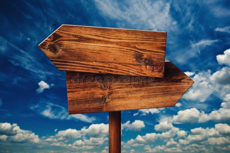Rústico en blanco enfrente de muestra de madera de la dirección contra las nubes imagen de archivo libre de regalías