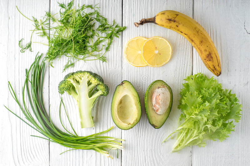 Rústico verde y plátano en los tableros blancos fotos de archivo
