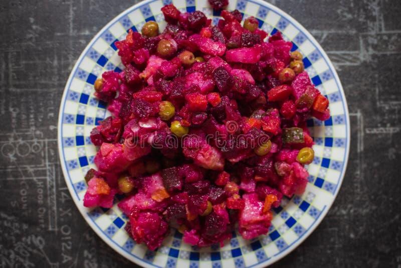 Rübensalat in Teller Vinaigrette Salat in der Nähe Gesunde vegetarische Speisen Hausmannskost Russische und ukrainische Küche stockfoto