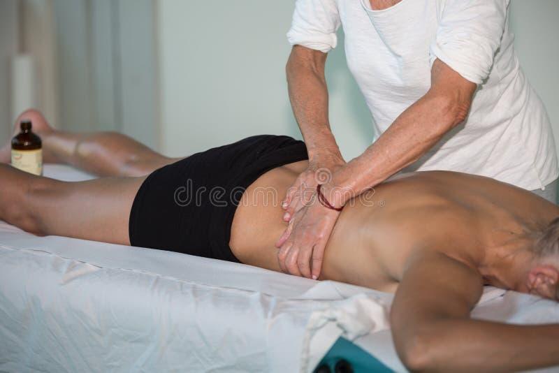 Rückenmassage des Athleten-s nach Eignungs-Tätigkeit - Wellness und Sport lizenzfreie stockfotos