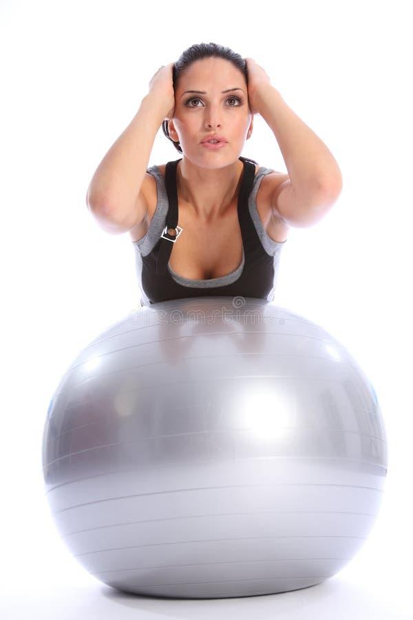 Rückenmuskelausdehnung durch Frau über Eignungkugel stockbild