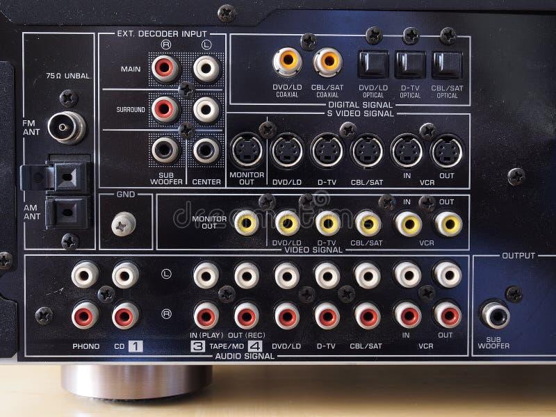 Rückseite eines Audiovideoverstärkers lizenzfreie stockfotografie