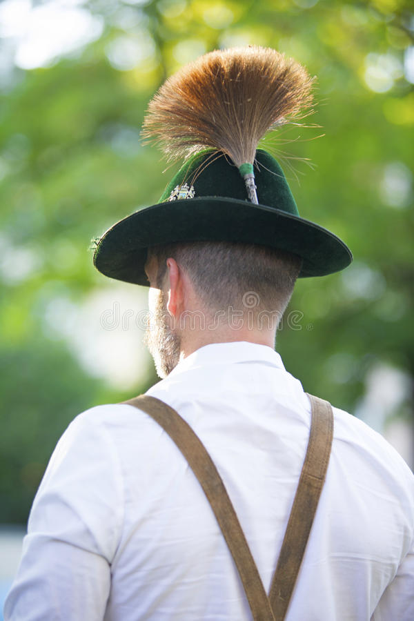 Rückseite eines bayerischen Mannes lizenzfreie stockfotografie