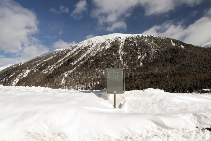 Rückseite eines Signage gegen einen schneebedeckten Berg in den Alpen die Schweiz stockfoto