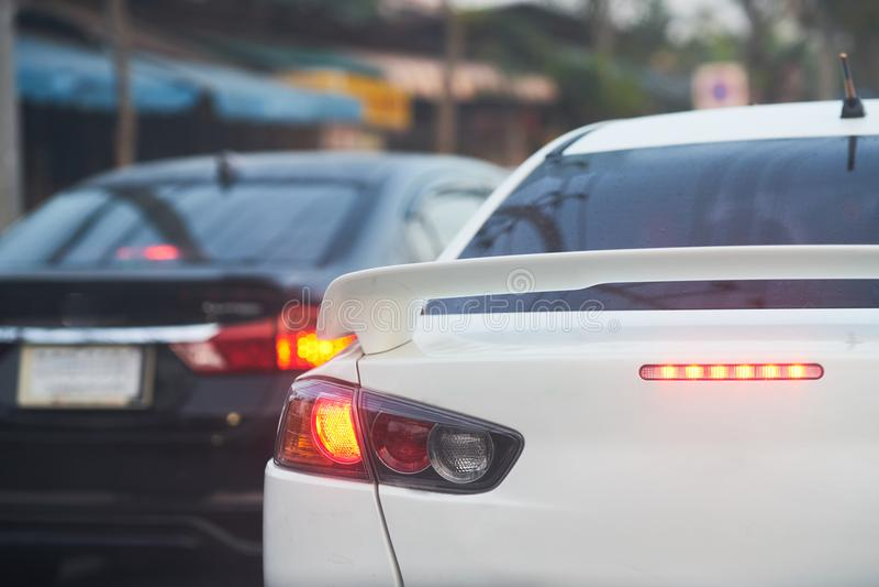 Rückseiten- oder Rücklichtlicht auf Arbeitsglanz im Rot für Halt oder Bremse s lizenzfreie stockbilder