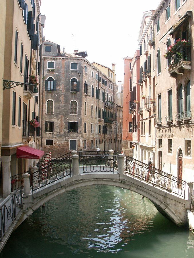 Rückseitige Gasse und Fußgängerbrücke in Venedig Italien stockfotos