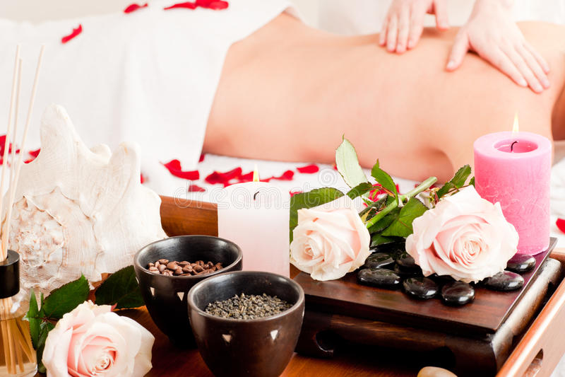 Rückseitige Massage im Badekurort stockfoto