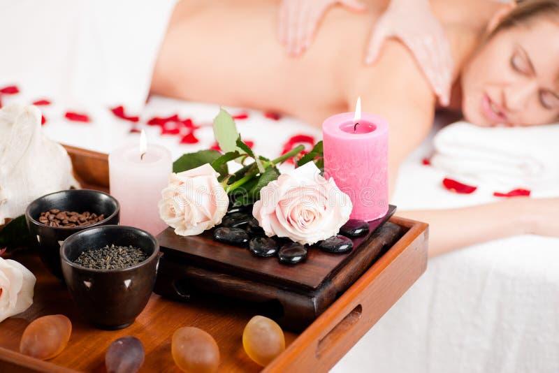 Rückseitige Massage im Badekurort stockbilder