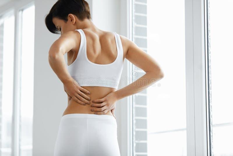 Rückseitige Schmerz Nahaufnahme des Frauen-Körpers mit Schmerz-herein Rückseite, Rückenschmerzen lizenzfreie stockbilder