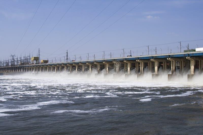 Rücksetzen des Wassers auf hidroelectric Kraftwerk stockbilder