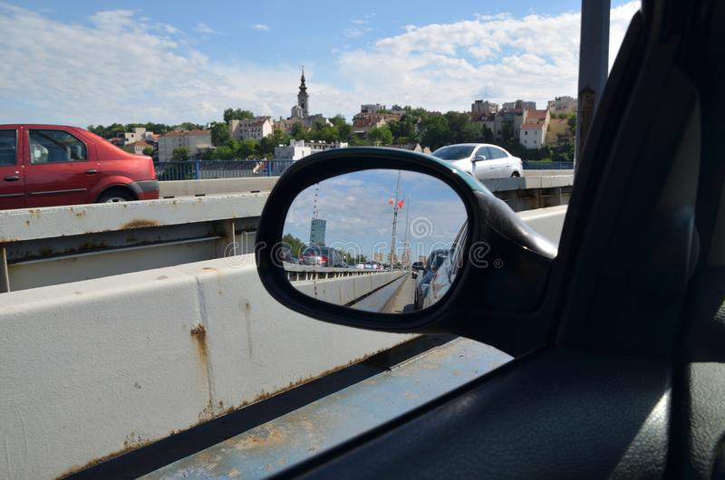 Rückspiegel und Stadtbild stockfotos