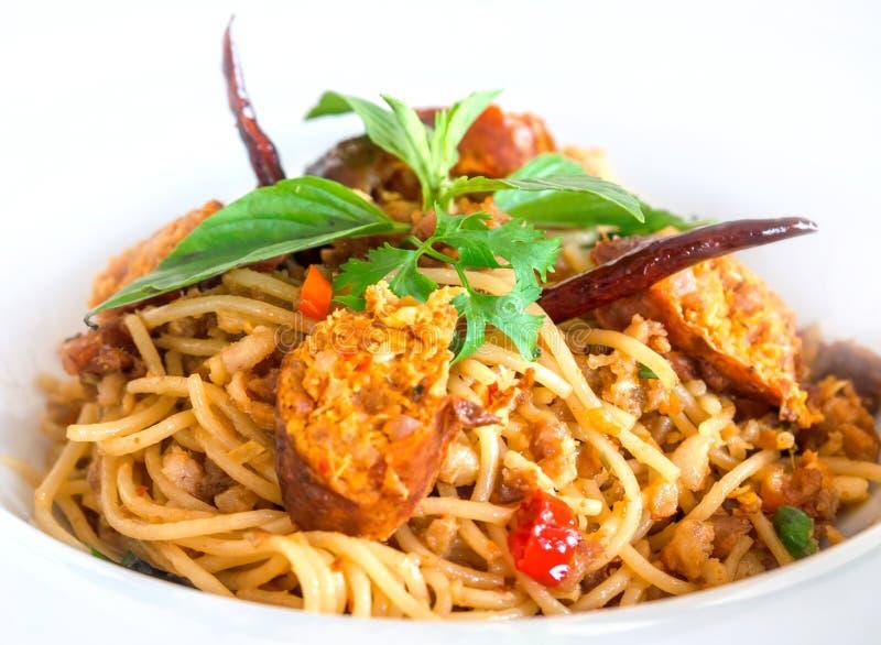 Rühren Sie Fried Spaghetti mit thailändischer würziger Nordwurst stockfotografie