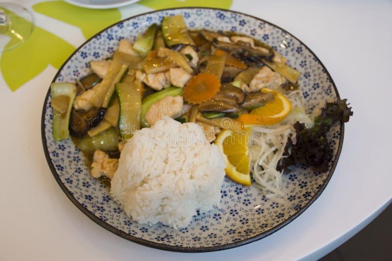 Rühren Sie Fried Vegetables mit Huhn und süßer Soße auf Spitzenreis mit Zitrone lizenzfreies stockfoto