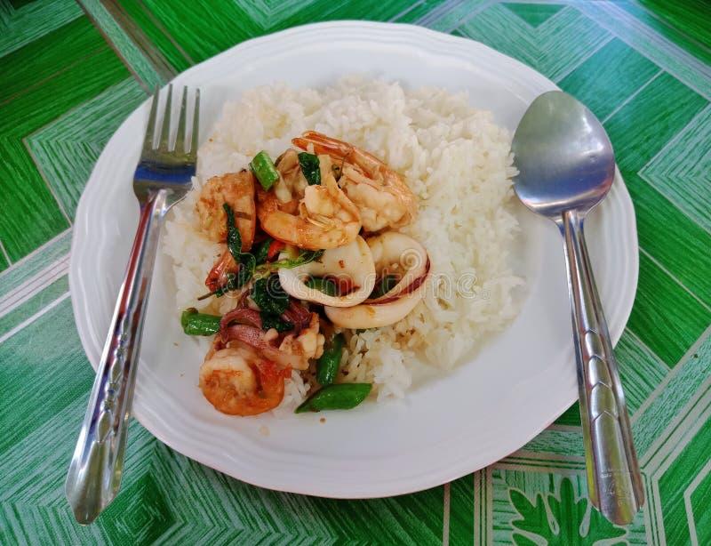 Rühren Sie gebratene Meeresfrüchte und vegetablesauf Reis stockfotos