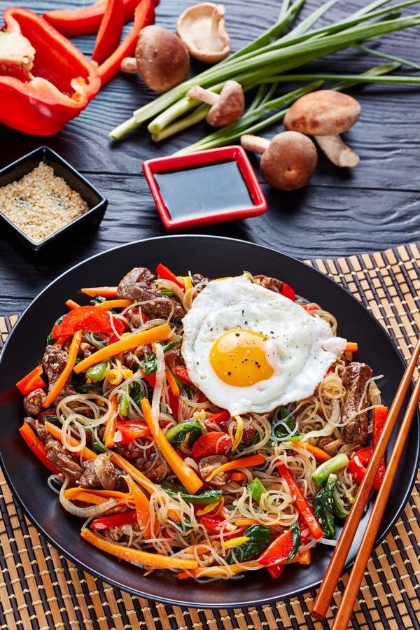 Rühren Sie gebratene Nudeln, das Gemüse und Rindfleisch, vertikal lizenzfreie stockbilder
