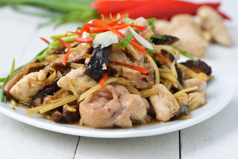 Rühren Sie gebratenes Huhn, Ingwer und gemischtes Gemüse lizenzfreies stockfoto