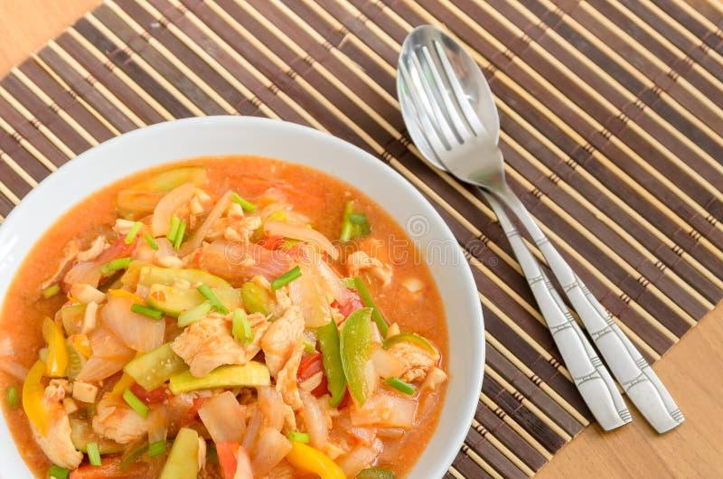 Rühren Sie gebratenes Schweinefleisch mit Mischungsgemüse in der süß-sauren Soße lizenzfreie stockbilder
