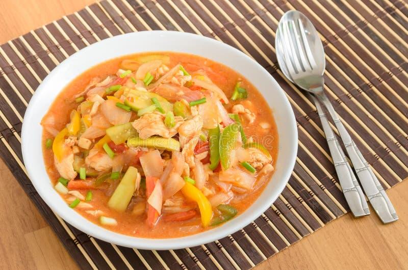 Rühren Sie gebratenes Schweinefleisch mit Mischungsgemüse in der süß-sauren Soße lizenzfreie stockfotos