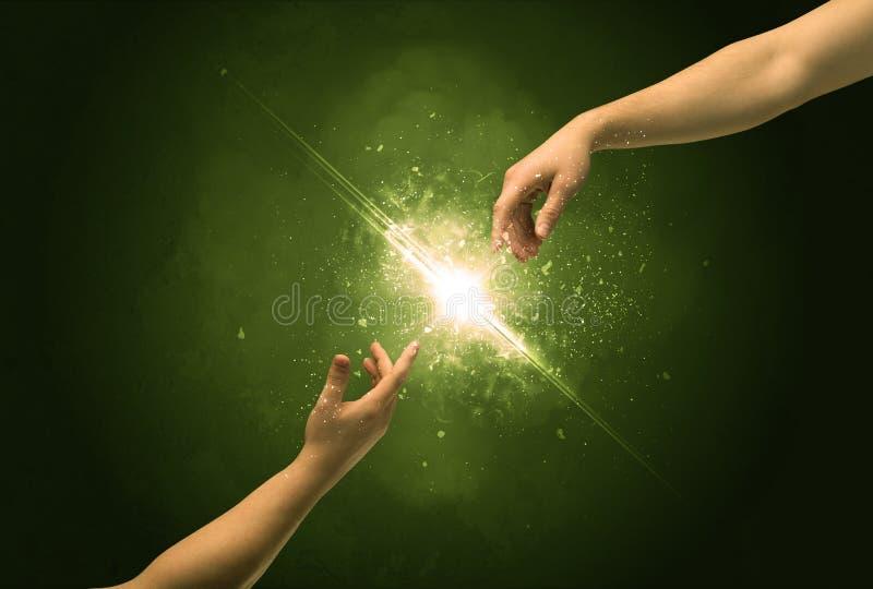 Rührende Arme, die Funken an der Fingerspitze beleuchten stockbilder