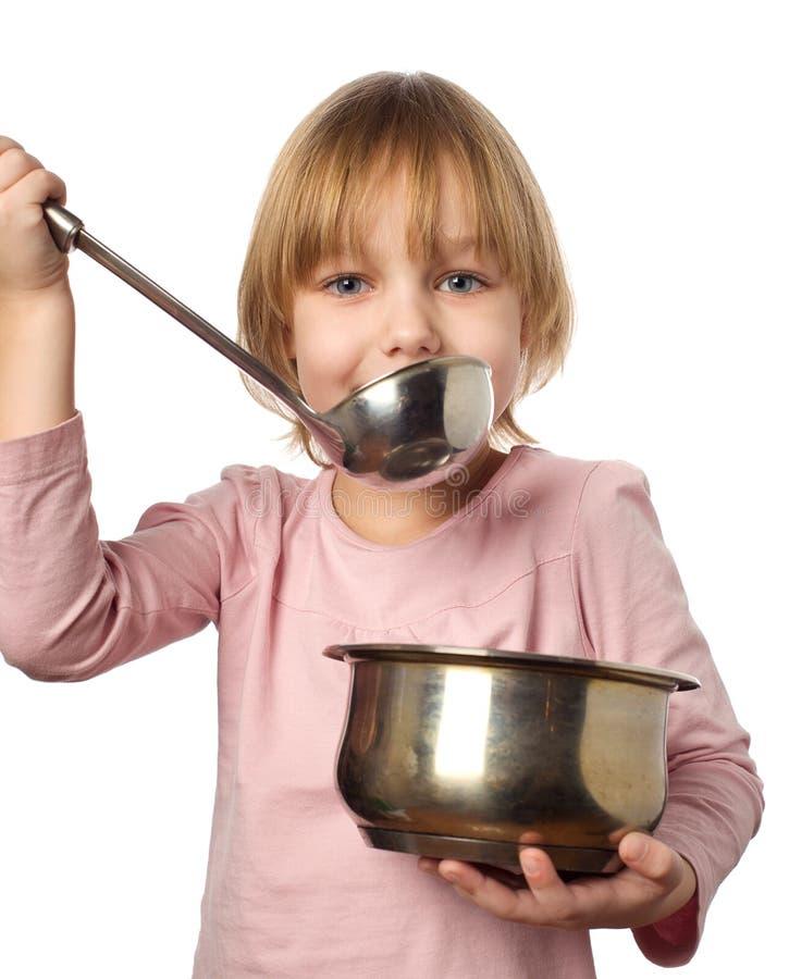 Rührende Suppe des glücklichen Chefmädchens stockbild