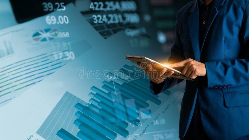 Rührende Tablette des Geschäftsmannfingers mit Finanz- und Bankwesengewinndiagramm lizenzfreies stockbild
